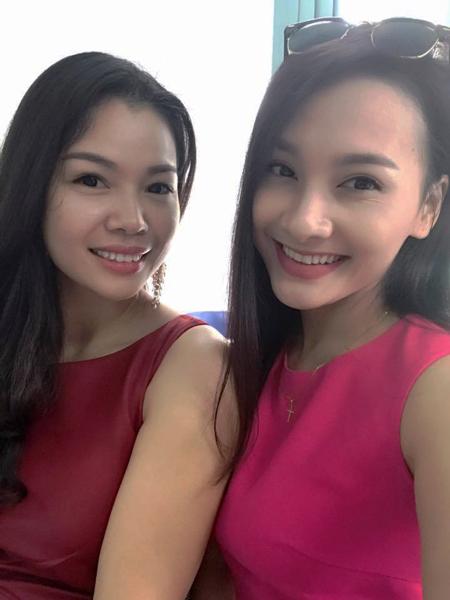 GĐ Lê Thu Hà chụp ảnh check in cùng diễn viên sau khi kí kết xong hợp đồng
