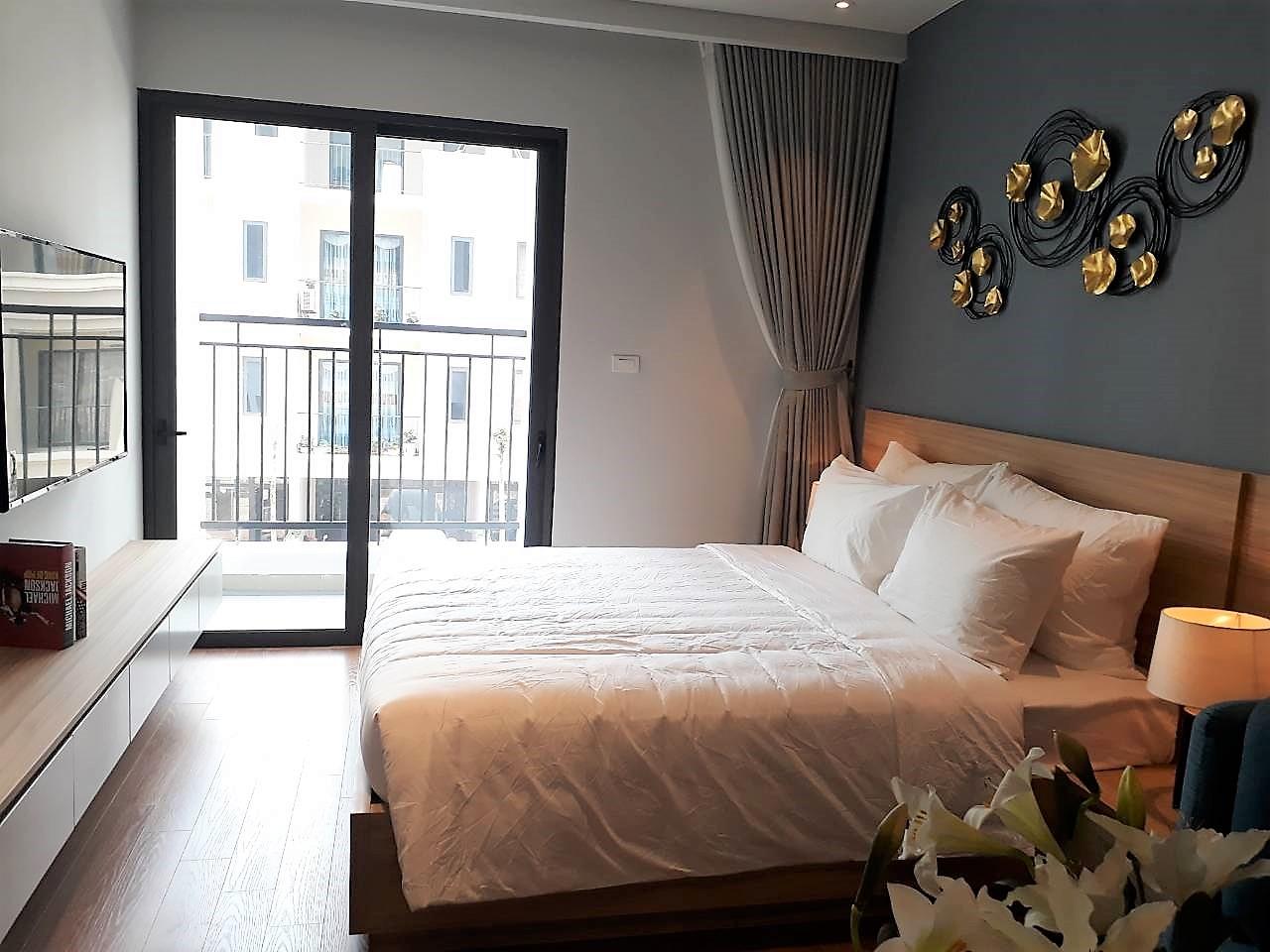 Khách hàng tham quan căn hộ đều rất ấn tượng với thiết kế của phòng ngủ Green Bay Garden với diện tích lớn, bên cạnh việc bố trí giường ngủ sang trọng, tại đây còn được bài trí ghế sofa.