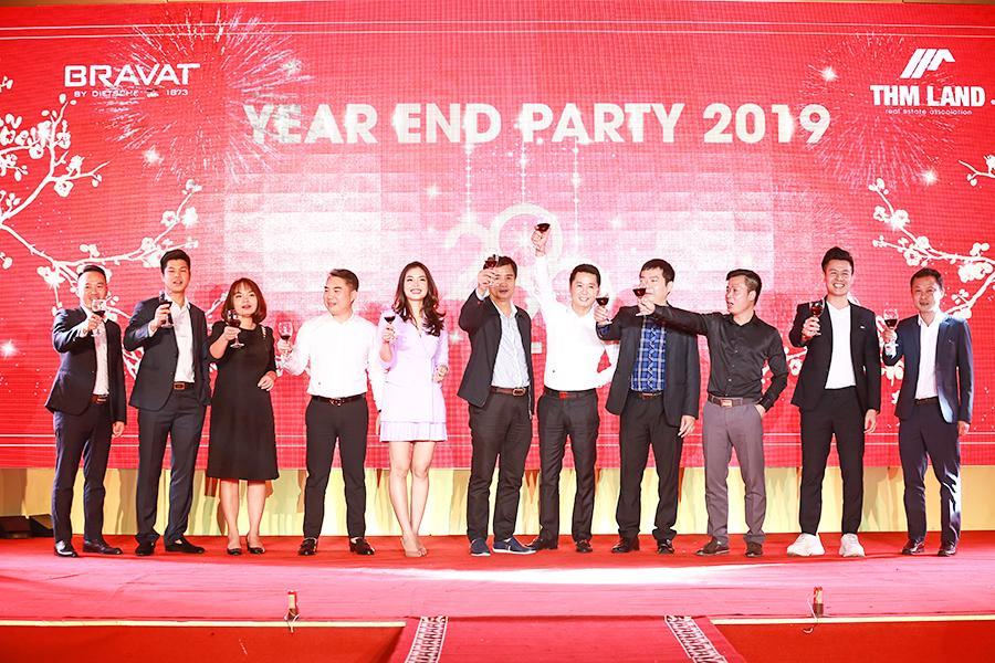 Ban lãnh đạo THM Land cùng nâng ly chúc mừng năm mới