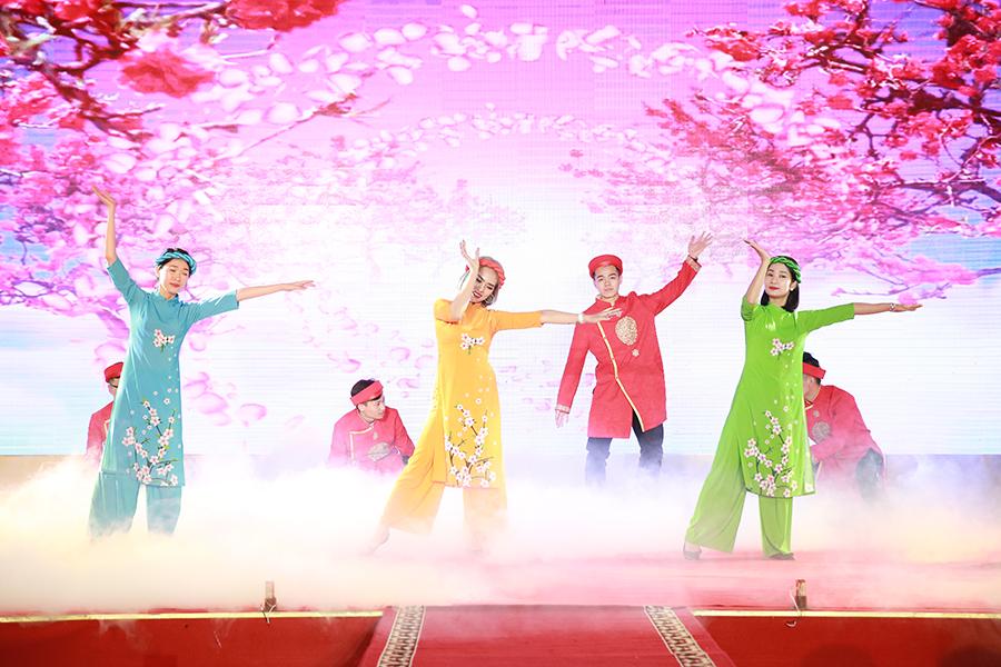 Tiết mục nhảy mở màn Như hoa mùa xuân của chi nhánh Hạ Long