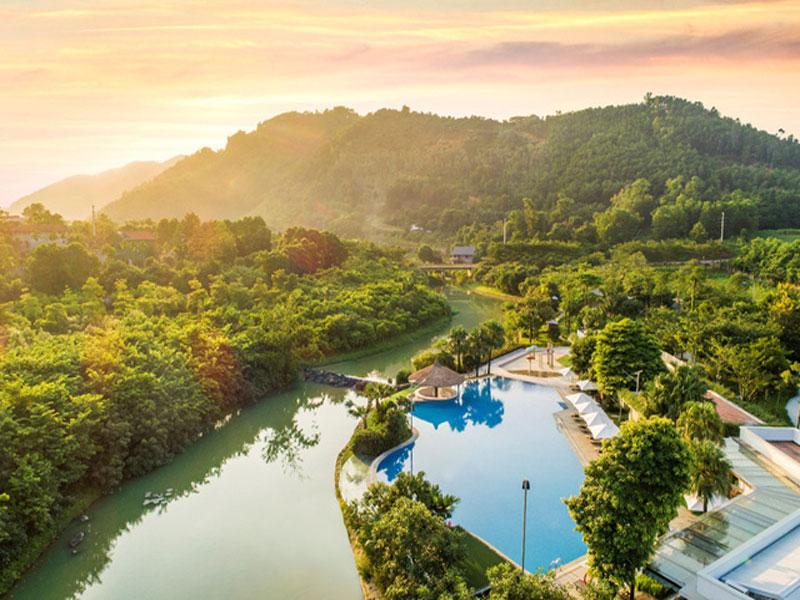 Bể bơi ngoài trời là góc thư giãn nổi bật tại Xanh Villas