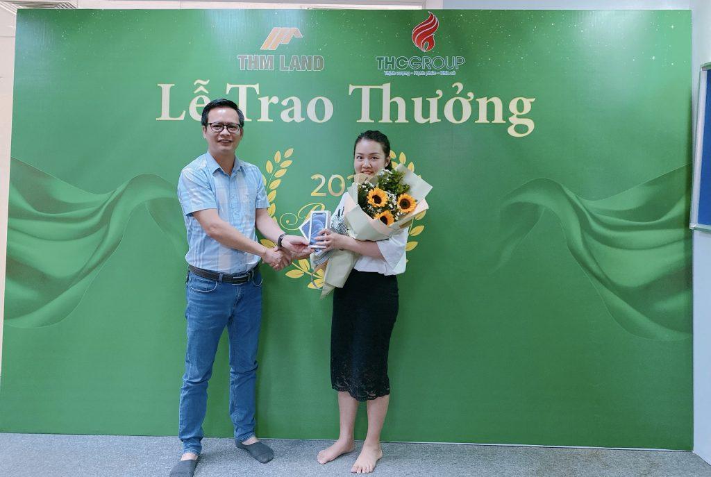 THM Land - Lãnh đạo trao thưởng Sales có thành tích xuất sắc