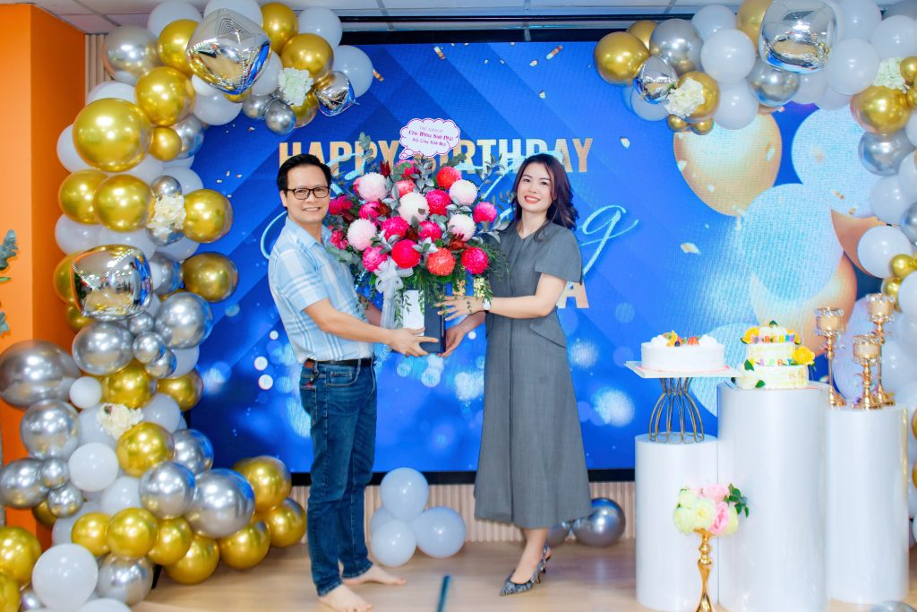 Đại diện THC Group tặng hoa chúc mừng sinh nhật Sếp