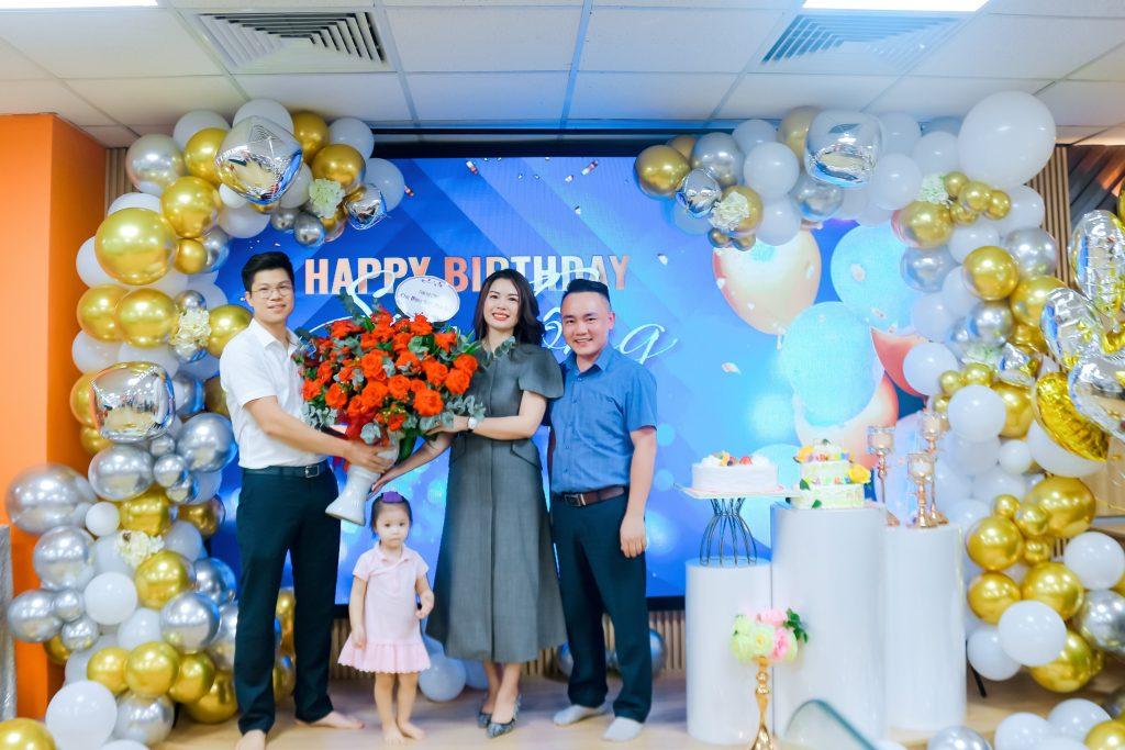 Đại diện THM Land Hạ Long mừng sinh nhật Sếp