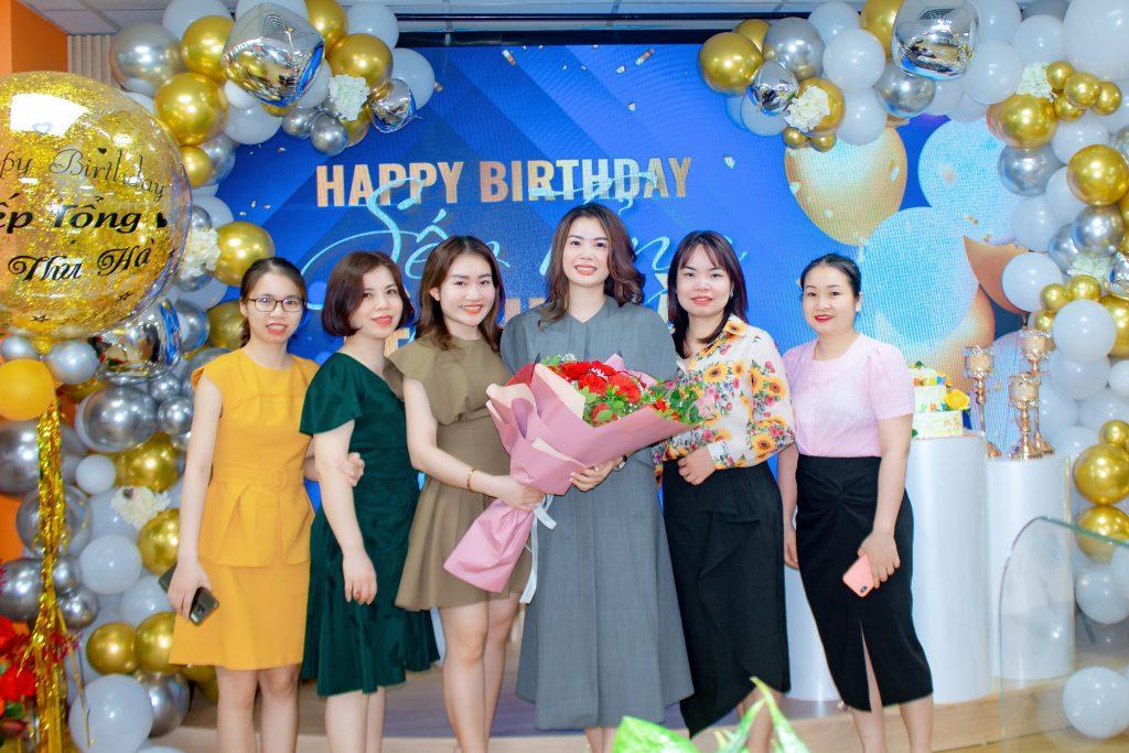Những bông hồng xinh đẹp của THM chụp ảnh lưu niệm mừng sinh nhật sếp