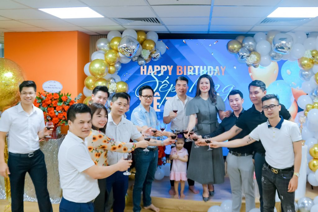 Ban lãnh đạo THM Land nâng ly mừng sinh nhật Sếp Tổng