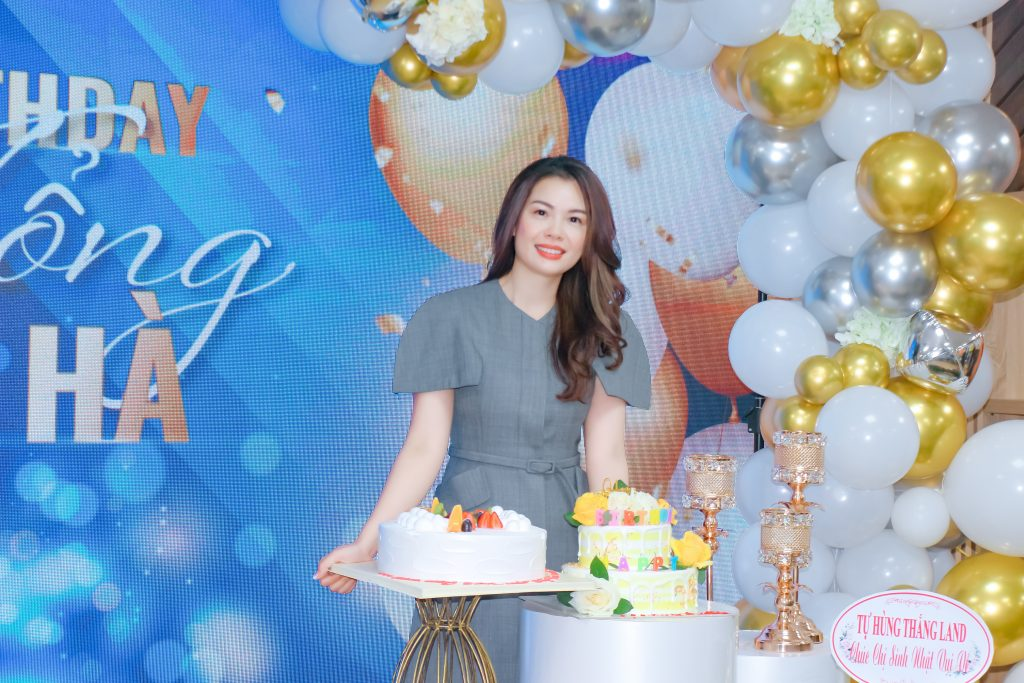 Mrs Mai Thu Hà rực rỡ xinh đẹp trong buổi tiệc mừng sinh nhật