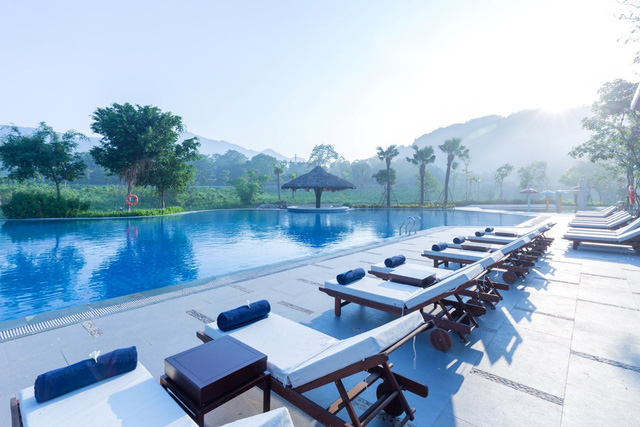 Một góc bể bơi Xanh Villas trong nắng sớm, nơi lý tưởng để trẻ em nghỉ giãn cách vì dịch, cư dân tận hưởng không gian xanh thuần khiết